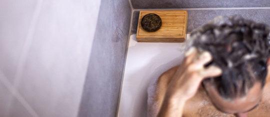 Faire mousser le shampoing solide sur la tête